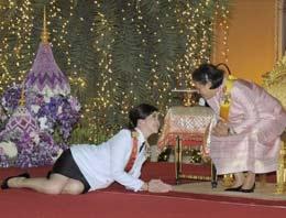 Başbakan Yingluck Shinawatranın Tayland Kralının doğum günü partisinde partisinde çekilen fotoğrafları olay yarattı.