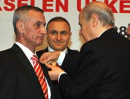 Balyoz Davasına izleyici olarak gelen MHP Ankara Milletvekili Özcan Yeniçeri, Engin Alana milletvekili rozeti taktı