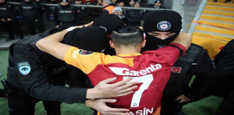 Galatasaraylı oyuncu gol sevincini polislerle paylaştı