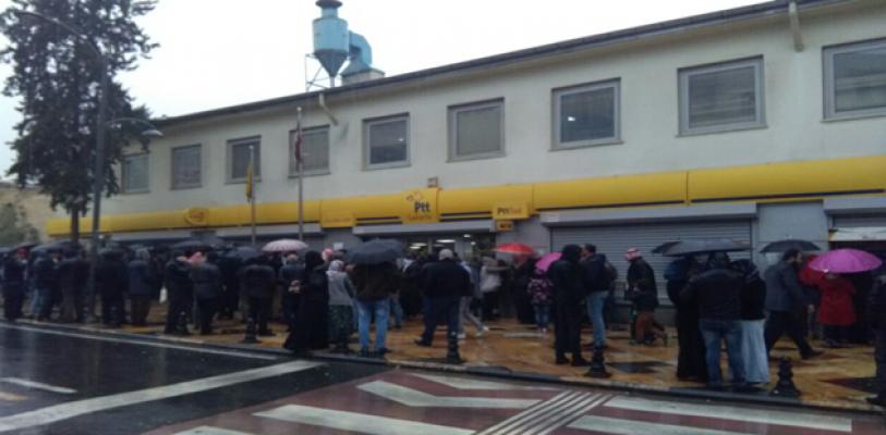 Urfa'da Yağmur Altında Kuyrukta Bekledi