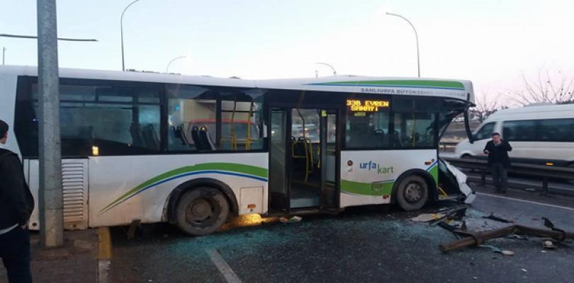Belsan yolcu otobüsü servis aracıyla çarpıştı