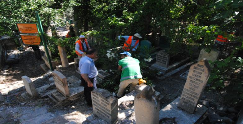 Büyükşehir Mezarlıklarda Bayram Temizlik Çalışmalarını Sürdürüyor