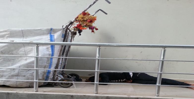 Ramazan'da bina gölgelerinde dinlenmeye çalışıyorlar