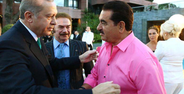 Tatlıses, Cumhurbaşkanı'nın İftarına Pembe Gömleğiyle Geldi