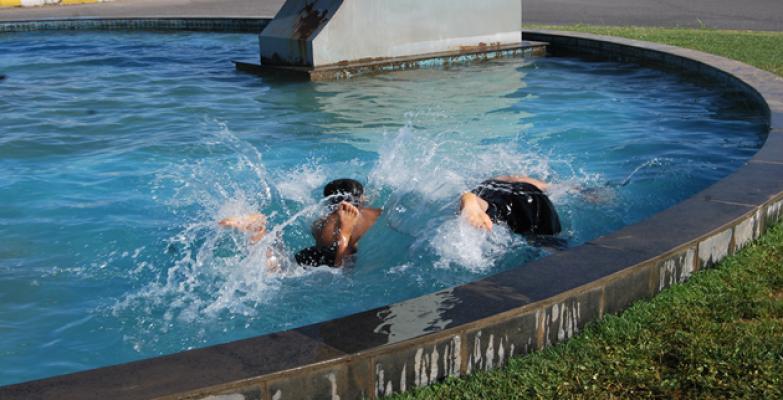 Urfa'da Çocuklar Süs Havuzunda Serinliyor