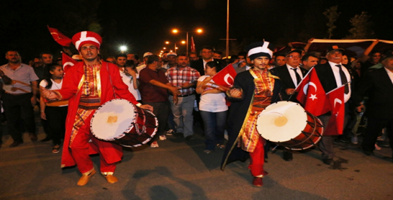 Akçakale'de vatandaşlar mehteran eşliğinde yürüdü