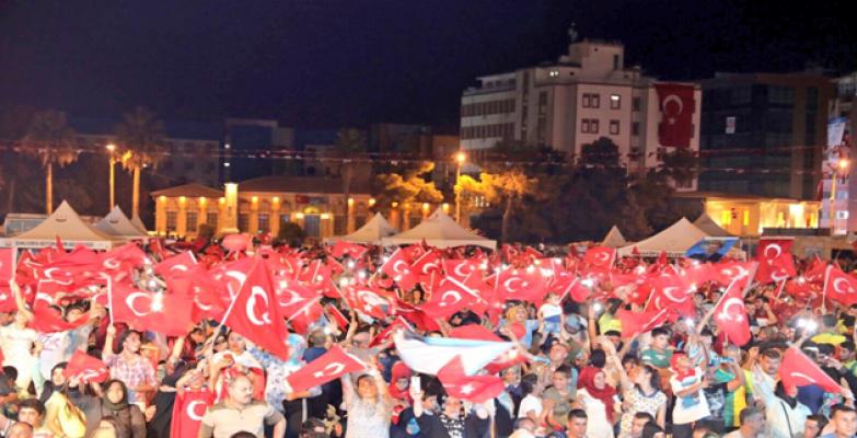 Şanlıurfalılar ellerinde Türk bayraklarıyla Rabia meydanında buluştu.