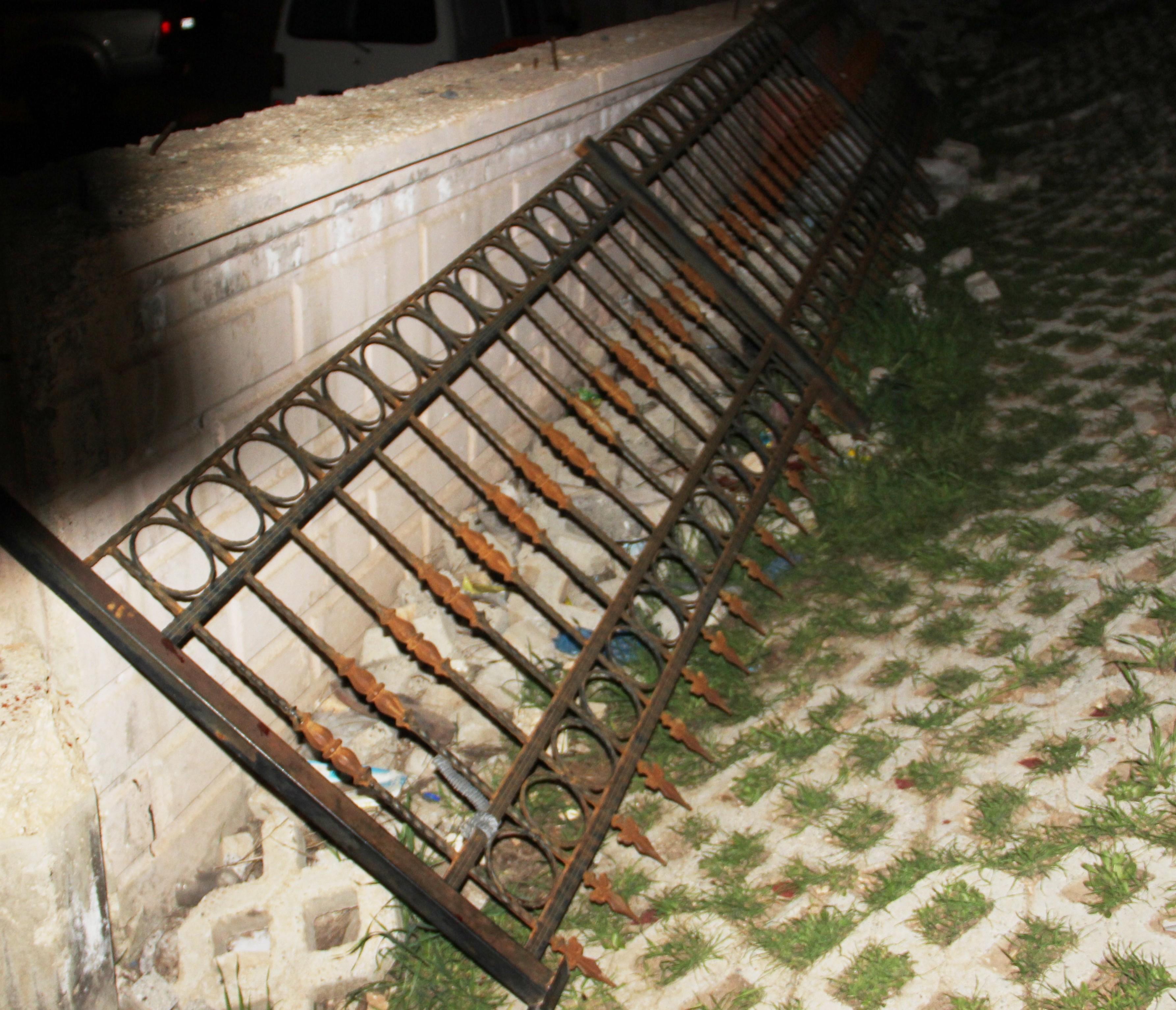 Demir korkuluğun altında kalan çocuk öldü