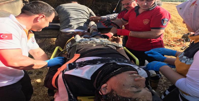 Şanlıurfa'da biçer döver makinesine düşen Suriye uyruklu kişi yaralandı