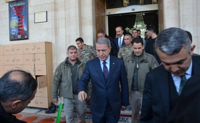 Bakan Akar Urfa'da Cuma Namazını Kıldı