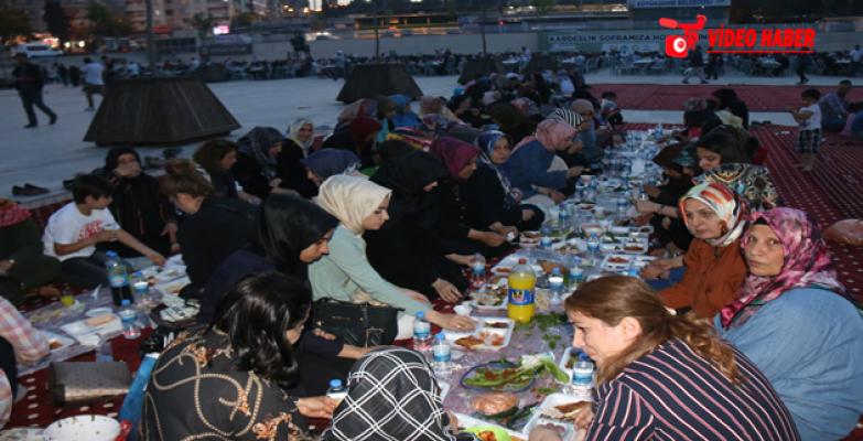 Şanlıurfalılar İftarda Rabia Meydanı'nda Buluşuyor