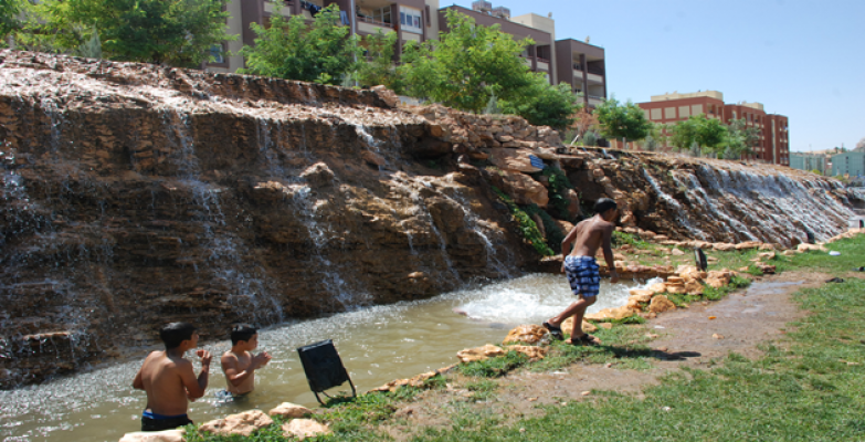 Çocuklar Süs Havuzlarında Serinlemeye Çalışıyor