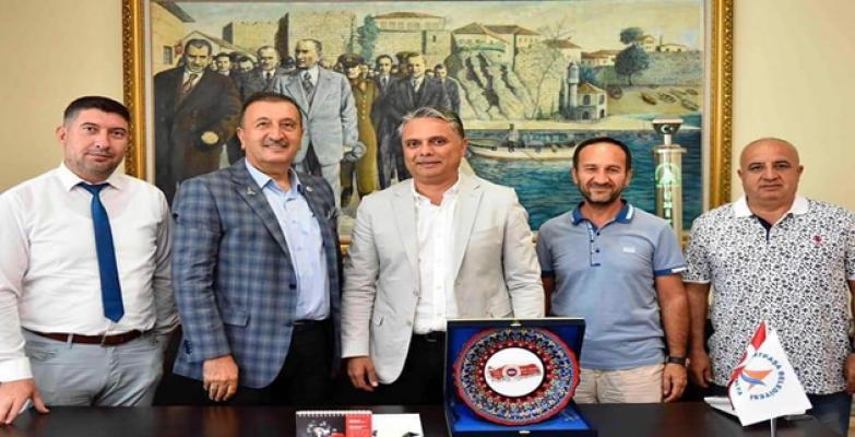 Başkan Yalçın`dan  Başkan Uysal'a Yılın Belediye Başkanı Ödülü