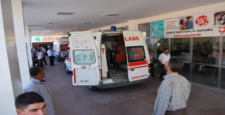 Viranşehir'de Beton Mikseri Elektrik Tellerine Çarptı: 2 Yaralı