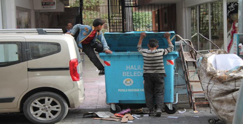 Çocuklar Çöplükte Buldukları İle Geçiniyorlar