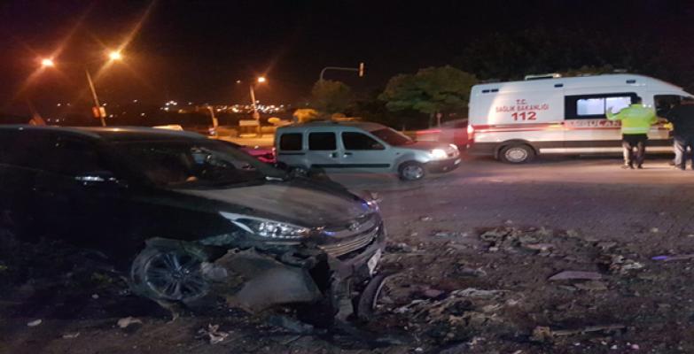 Urfa'da Otomobil İstinat Duvarına Çarptı, 4 Yaralı