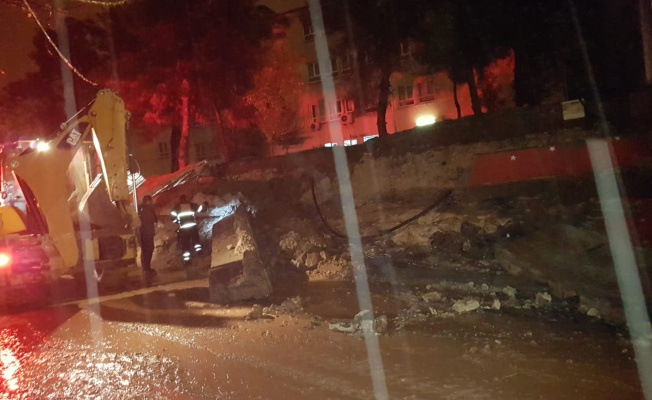 Şanlıurfa'da aşırı yağışlardan dolayı bir okulun bahçesinin istinat duvarı çöktü