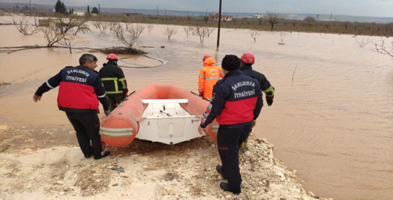 Şanlıurfa'da mahsur kalanlar botla kurtarıldı