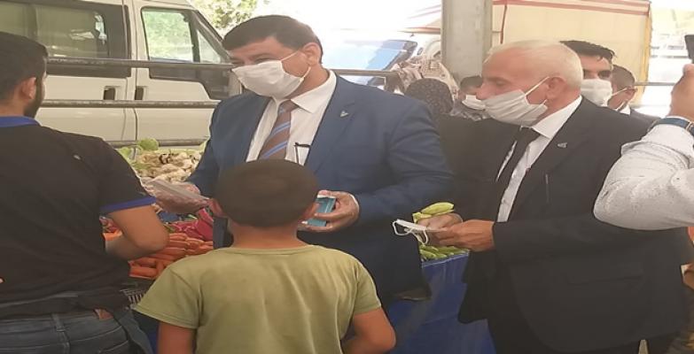 Başkan Aslan,  pazarda vatandaşlara ve satıcılara maske dağıttı
