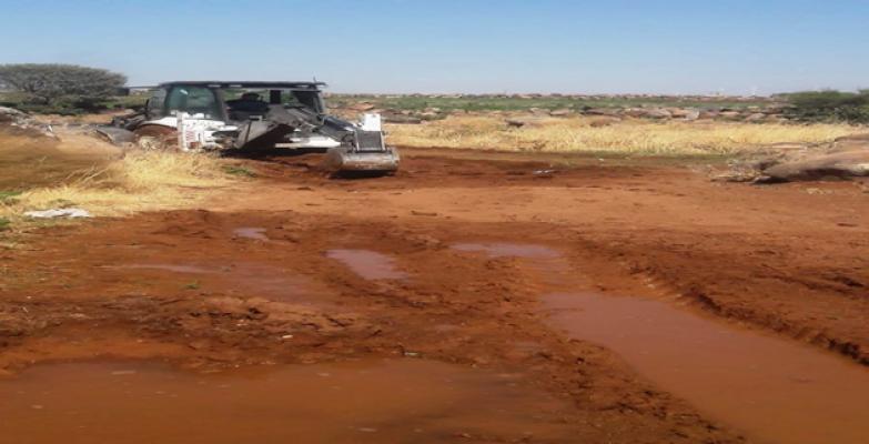 Denetim ekiplerine engel olmak için geçiş yolunu çamurla kapattılar