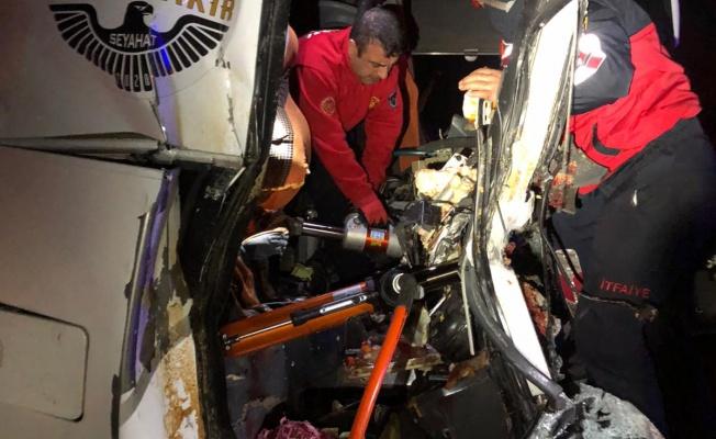 """Urfa""""da yolcu otobüsü tırı çarptı, 3 ölü"""