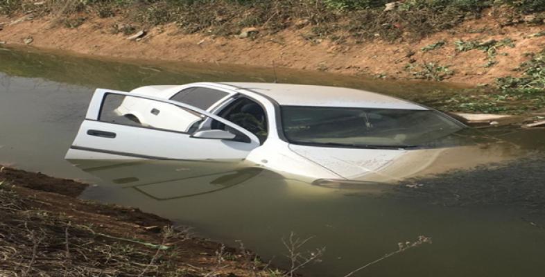 Urfa'da otomobil sulama kanalına düştü