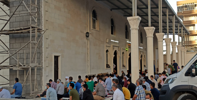 Şanlıurfa'da sosyal mesafeli bayram namazı kılındı
