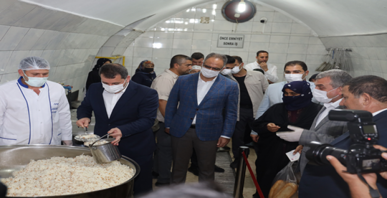 Başkanlar aşevinde elleriyle yemek dağıttı
