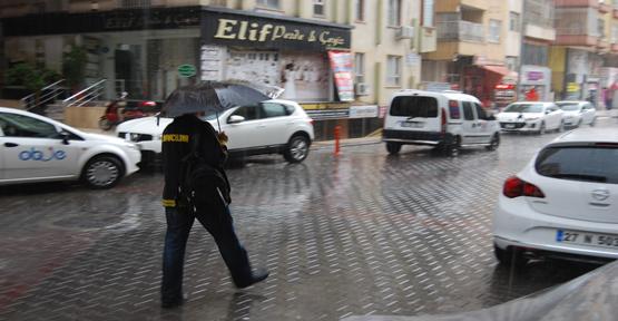 Ani bastıran yağmur hazırlıksız yakaladı