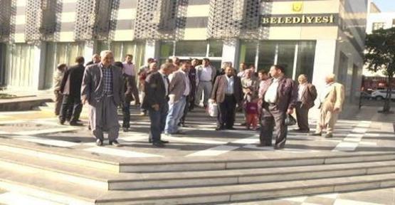 Belediye önünde tapu eylemi
