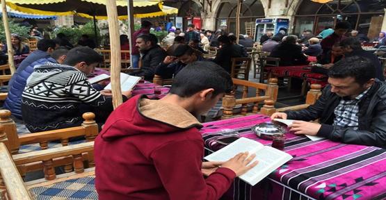 Gençler  Tarihi  Gümrük Hanı'nda Kitap Okudular