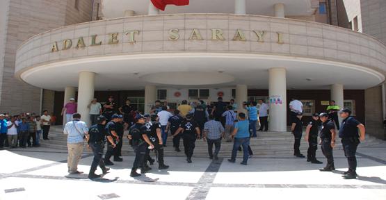 Gözaltındaki polisler adliye'de