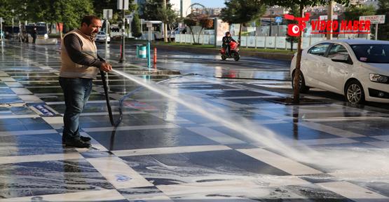 Haliliye Belediyesi Cadde Ve Sokakları Köpüklü Su İle Yıkıyor