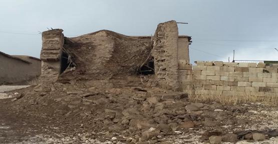 Kerpiç ev yıkıldı
