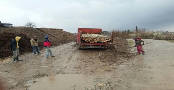 Kırsal kesimde çamurlu yolda araçlar mahsur kaldı