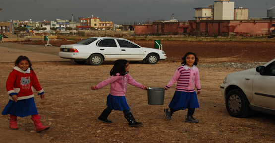 Okulda Çocuklara Ders Yerine Çöp Döküyorlar