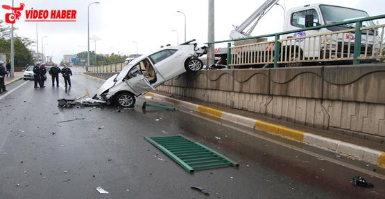 Otomobil köprüde asılı kaldı, 2 yaralı