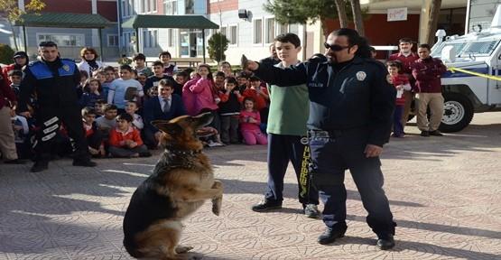 Polislerden Çocuklar Gösteri