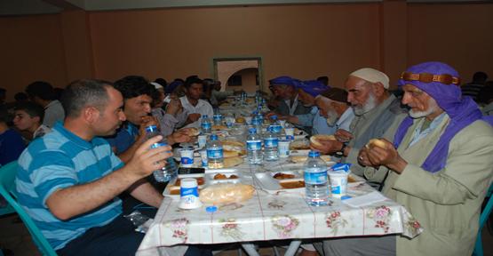 Şanlıurfa'da 1000 kişiye iftar verdi