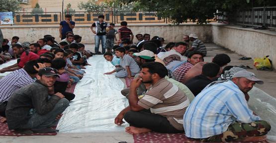 Suriyeli 300 kişiye yemek verildi.