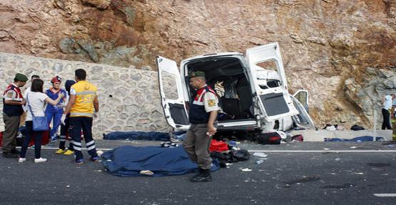 Suriyelileri taşıyan araç kaza yaptı ,9 ölü, 30 yaralı