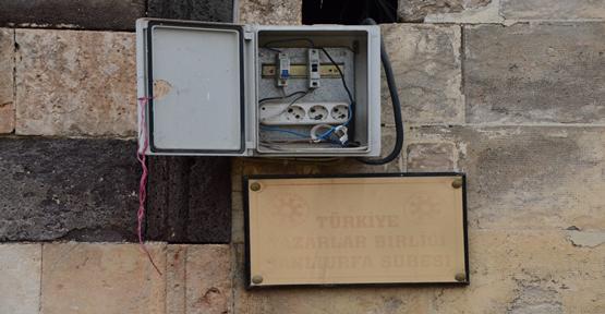 Tarihi platoda elektrik panoları açık