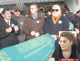 Kaldırıldığı hastanede beyin kanaması sonucu hayatını kaybeden Akasya Durağının sevilen oyuncusu Evin Esen Karacaahmet Mezarlığında toprağa verildi.