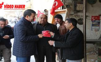 Başkan Ekinci Türk Bayrağı Dağıttı