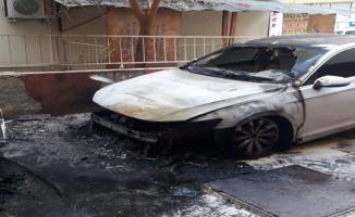 Şanlıurfa'da iki otomobil kimliği belirsiz kişiler tarafından ateşe verildi.