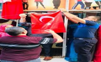 Eyyübiye Belediyesi, Mehmetçiğe Destek İçin Türk Bayrağı Dağıttı.
