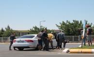 İşçiler yanaşan arabalara hücum ediyor