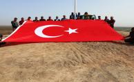Suriye Sınırına Dev Türk Bayrağı