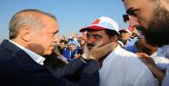 Cumhurbaşkanı Erdoğan, Tatlıses'i yanaklarını avuçladı
