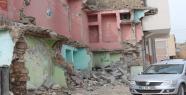 Yıkılan evler tehlike saçıyor